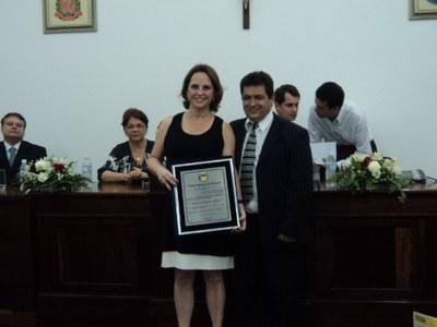 Entrega do Título à Sra. Maria Cármen pelo vereador Romilson