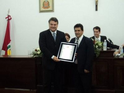 Entrega do Título ao Sr. Aderbal pelo vereador Romilson